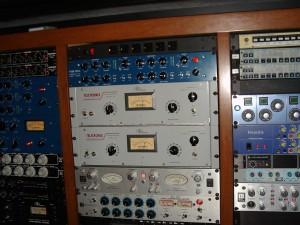 1280px-Teletronix_LA-2A_Leveling_Amplifier,_etc._Outboard_racks_2-3,_PatchWerk_Recording_Studios,_2007